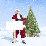 Santa Claus e cartello in bianco con l'albero di Natale Immagine Stock Libera da Diritti