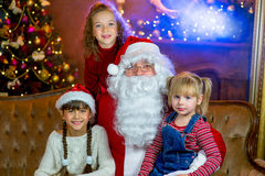 Santa Claus e grupo de meninas com presentes do Natal Fotos de Stock Royalty Free
