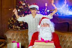 Santa Claus e menina do lettle com presentes do Natal Fotografia de Stock