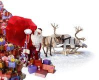 Santa Claus e sua rena com presentes imagem de stock