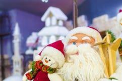 Santa Claus e um boneco de neve Fotos de Stock