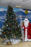 Santa Claus in een rode kaftan dichtbij een geklede boom royalty-vrije stock foto's