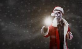 Santa Claus is een tovenaar met een schedel op Kerstmis Stock Fotografie