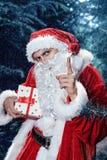 Santa Claus in einem Winterwaldweihnachts- und des neuen Jahresfeiertag Stockfoto