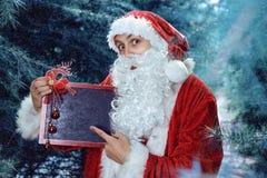 Santa Claus in einem Winterwaldweihnachts- und des neuen Jahresfeiertag Stockbild