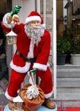 Santa Claus in einer charakteristischen Straße der alten Stadt von Crema in der Provinz von Cremona in Lombardei (Italien) Stockbilder