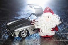 Santa Claus eller fader Frost med den gamla retro bilen Arkivbild