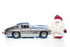 Santa Claus eller fader Frost med den gamla retro bilen Royaltyfria Foton