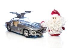 Santa Claus eller fader Frost med den gamla retro bilen Arkivbilder