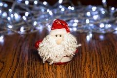 Santa Claus eller fader Frost med julljus Arkivbild