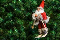 Santa Claus em esquis no brinquedo da árvore de Natal Fotografia de Stock Royalty Free