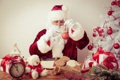 Santa Claus en casa Imágenes de archivo libres de regalías