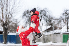 Santa Claus en de kleine jongen in openlucht royalty-vrije stock afbeeldingen