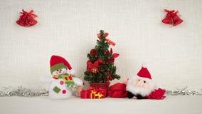 Santa Claus en de Sneeuwman wensen u een gelukkig Nieuwjaar en verlaten giften onder de boom stock video