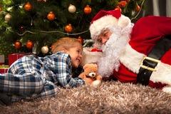 Santa Claus en een kleine jongen royalty-vrije stock afbeelding