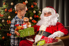 Santa Claus en een kleine jongen royalty-vrije stock fotografie