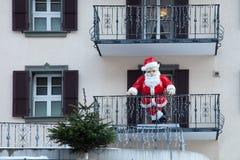 Santa Claus en el balcón, en Suiza Foto de archivo