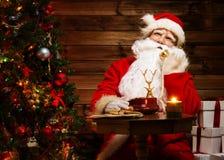 Santa Claus en el interior casero fotografía de archivo