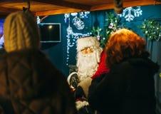 Santa Claus en el mercado de la Navidad en Estrasburgo Fotos de archivo