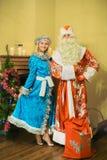 Santa Claus en het sneeuwmeisje kwamen op nieuw jaar bezoeken Royalty-vrije Stock Afbeeldingen
