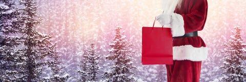 Santa Claus en hiver avec le panier Photo libre de droits