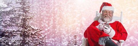 Santa Claus en hiver avec le téléphone Photographie stock libre de droits