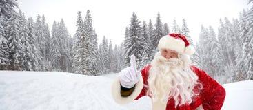 Santa Claus en invierno en el bosque para la Navidad en la naturaleza Fotos de archivo