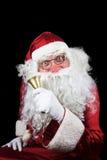 Santa Claus en la noche de la Navidad con Bell de oro en su mano Foto de archivo