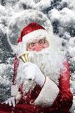 Santa Claus en la noche de la Navidad con Bell de oro en su mano Fotografía de archivo