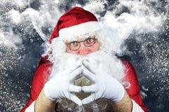 Santa Claus en la noche de la Navidad, con el cielo lleno de estrellas, Sno Fotografía de archivo libre de regalías