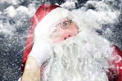 Santa Claus en la noche de la Navidad perforada en la cara Fotografía de archivo