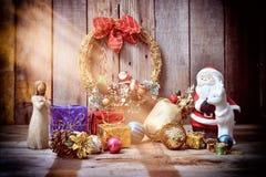 Santa Claus en påse av gåvor på en trätabell med solljus Arkivfoton