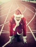 Santa Claus en position de départ sur une voie courante Images libres de droits