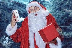 Santa Claus en un día de fiesta de la Navidad del bosque del invierno y del Año Nuevo Fotografía de archivo libre de regalías
