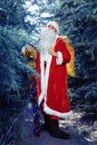 Santa Claus en un día de fiesta de la Navidad del bosque del invierno y del Año Nuevo Imagenes de archivo