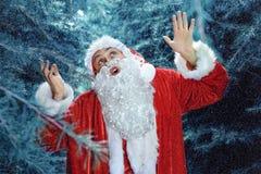 Santa Claus en un día de fiesta de la Navidad del bosque del invierno y del Año Nuevo Imagen de archivo