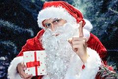 Santa Claus en un día de fiesta de la Navidad del bosque del invierno y del Año Nuevo Imagen de archivo libre de regalías