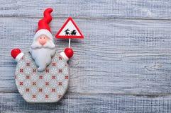 Santa Claus en un fondo de madera blanco La Navidad, fondo del Año Nuevo Fotos de archivo libres de regalías