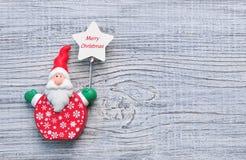 Santa Claus en un fondo de madera blanco La Navidad, fondo del Año Nuevo Fotografía de archivo