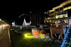 Santa Claus en un trineo tirado por el reno Decoraciones de la Navidad en el césped A?o Nuevo fotos de archivo libres de regalías