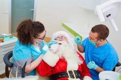 Santa Claus en una recepción en la oficina del ` s del dentista en el Cristo fotos de archivo