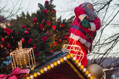 Santa Claus en verfraaide spar op het dak van de tribune van de Kerstmismarkt Stock Afbeelding