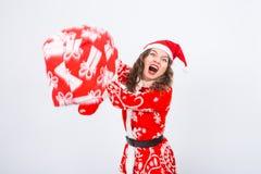 Santa Claus enojada bate alguien con un bolso de regalos La Navidad, decepción, emociones negativas y concepto de la gente foto de archivo libre de regalías