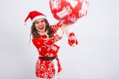 Santa Claus enojada bate alguien con un bolso de regalos La Navidad, decepción, emociones negativas y concepto de la gente imagenes de archivo
