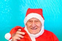 Santa Claus erbjudande julhatt royaltyfria foton