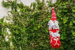 Santa Claus especial que pendura em uma corda, na jarda da casa Fotografia de Stock