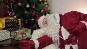 Santa Claus está dormida en el sofá metrajes