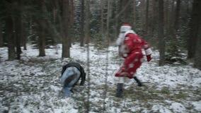 Santa Claus está luchando en el bosque con los ladrones Cámara lenta almacen de video