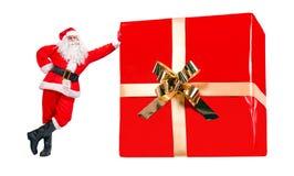 Santa Claus está pelo grande presente do Natal imagens de stock royalty free