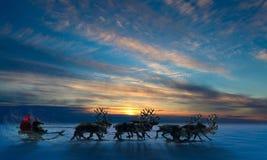 Santa Claus está sentando-se em um trenó dos cervos Foto de Stock Royalty Free